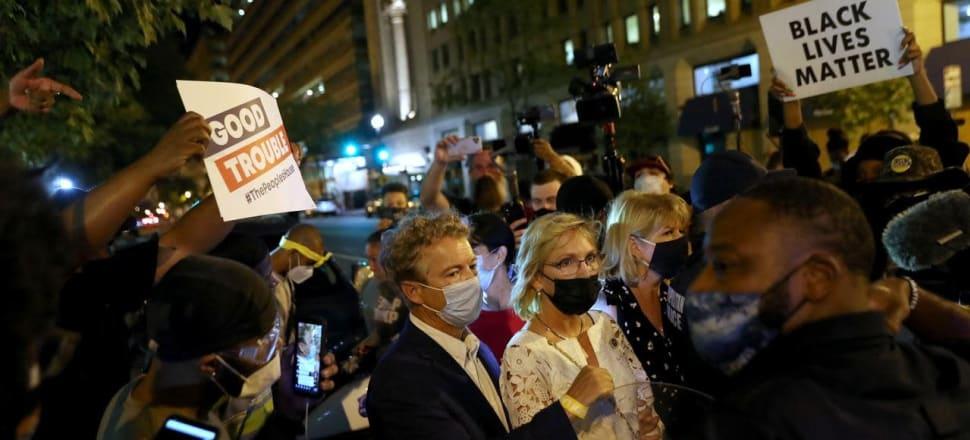 El senador estadounidense Rand Paul escapa de la mafia enojada