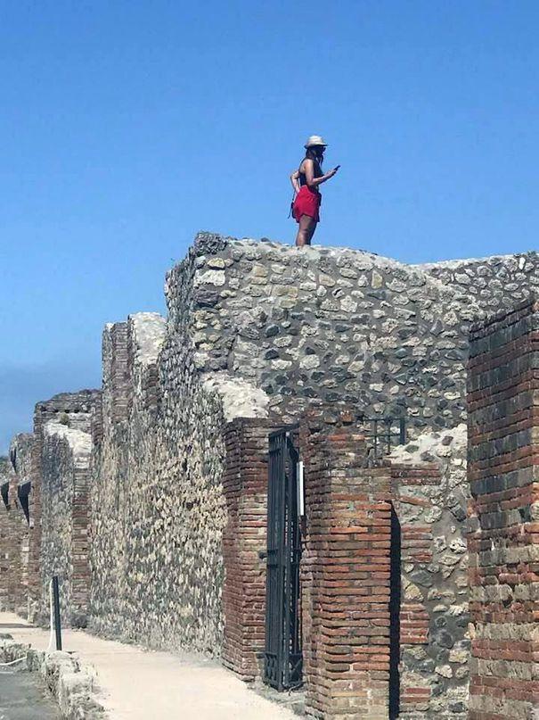 Italia quiere que sus turistas regresen, a menos que se sienten en las estatuas