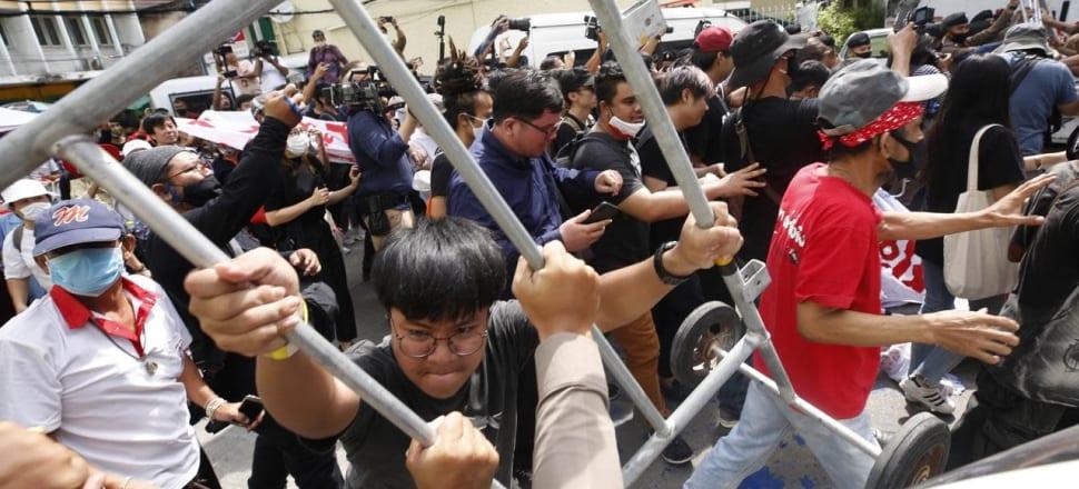 Los manifestantes tailandeses se pelean con la policía