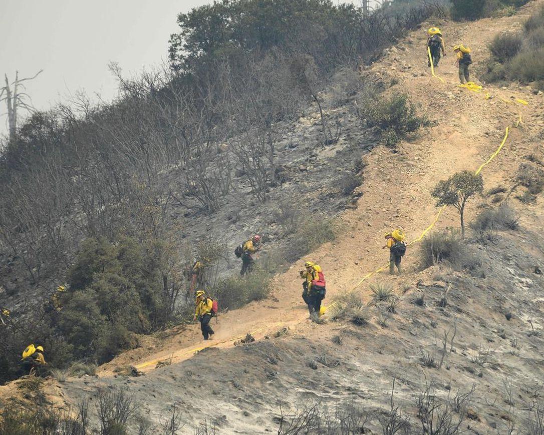 Casas destruidas después de que los vientos empujaran el fuego de California al desierto