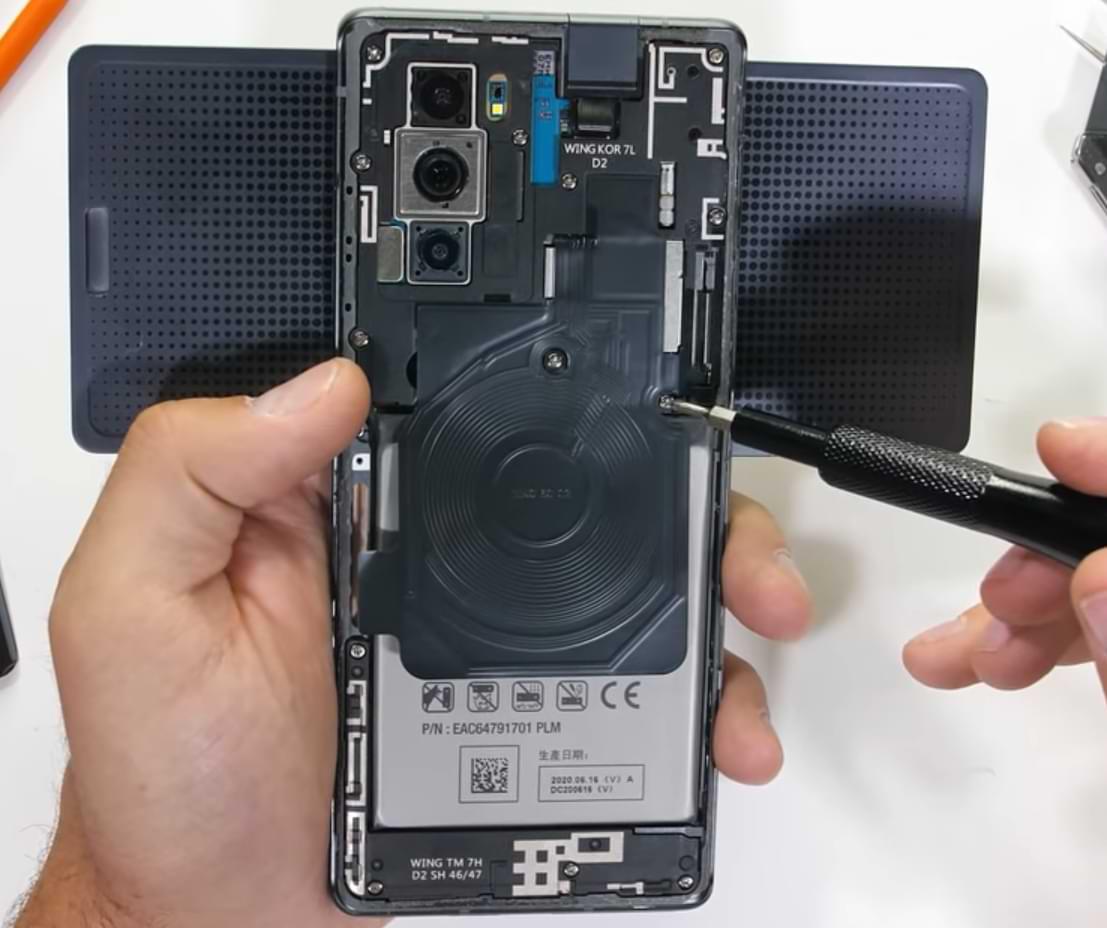 Ver los componentes internos del teléfono inteligente LG Wing y cómo funcionan las bisagras