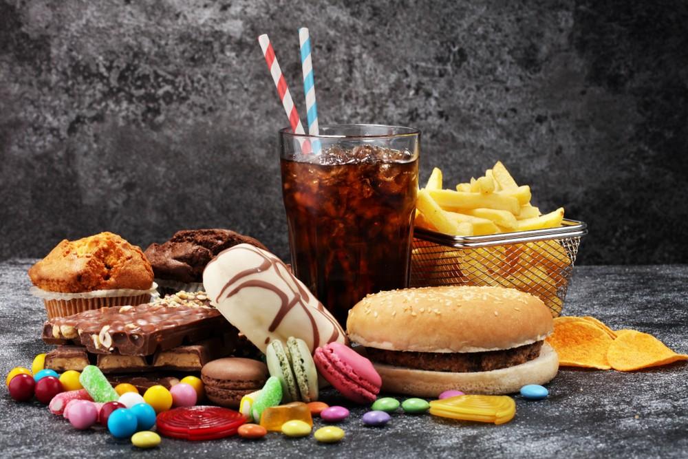 Gran Bretaña publica un plan para prohibir los anuncios de comida chatarra en línea