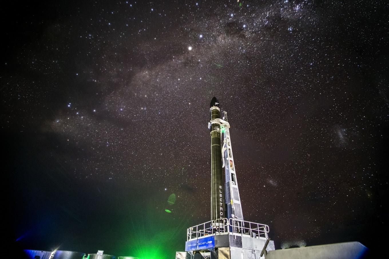 La pequeña empresa de lanzamiento estadounidense Rocket Lab recupera cohete, en prueba de reutilización