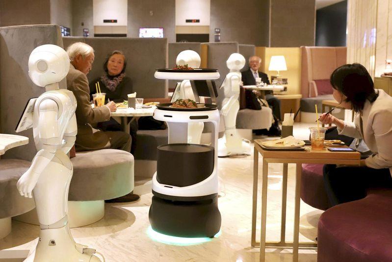 Los robots atienden a los clientes en el café de Tokio