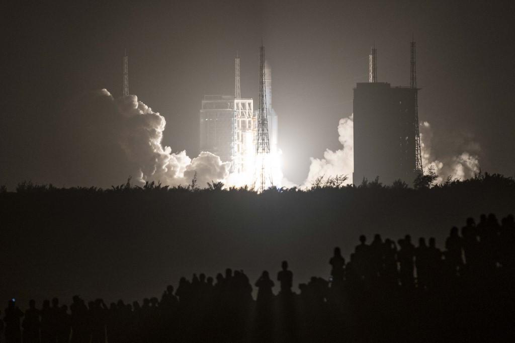 China lanza sonda lunar para recuperar rocas lunares