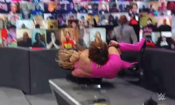 Nia Jax volvió a poner a Lana en una mesa en WWE Raw