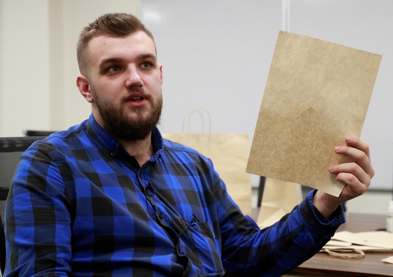 Estudiante ucraniano lanza iniciativa para convertir hojas de árboles caídos en papel