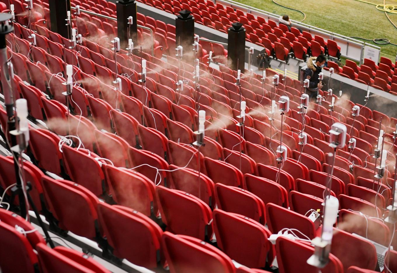 Los científicos rocían gotas similares a la saliva en el estadio para estudiar cómo los fanáticos esparcen aerosoles