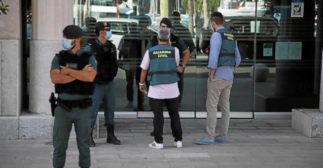 Guardia Civil Officers raid Balearic Port Authority headquarters.