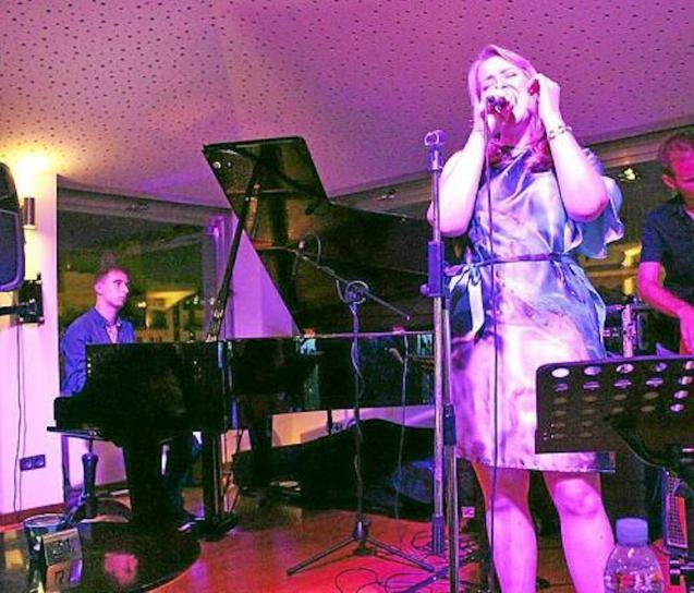 Stefanie performing at the Blue Jazz Club in Palma.