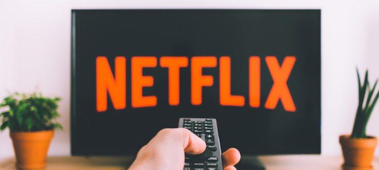 """A menudo nos sentamos a ver un episodio o una película en Netflix, aunque se sienta como una lata. A veces, todo lo que se necesita es acelerar. Con la herramienta de velocidad de reproducción de Netflix, puede aumentar el ritmo de la película o el programa. He aquí cómo utilizarlo. Visite el sitio web de Netflix en su computadora, inicie sesión en su cuenta y reproduzca un programa de televisión o una película que le gustaría ver. Una vez que el video se carga y comienza a reproducirse, mueva el cursor para revelar los controles del reproductor en la parte inferior de la pantalla.  Pase el cursor sobre el botón que parece un velocímetro en la esquina inferior derecha.  Aparecerá una nueva ventana de menú """"Velocidad de reproducción"""". Elija uno de los cinco ajustes preestablecidos de velocidad diferentes para aumentar o disminuir fácilmente el ritmo de su video de Netflix. No tiene que modificar ninguna de sus configuraciones de Netflix para acceder a esta función. Debería estar disponible de forma predeterminada, pero en caso de que no lo esté, es posible que Netflix aún no lo esté ofreciendo en su país. También puede intentar cerrar la sesión y volver a iniciarla. Esta configuración no se aplica a su perfil de Netflix y está restringida a la sesión de visualización individual. Entonces, si desea mantener la velocidad de reproducción a un cierto ritmo, tendrá que ajustarla cada vez que reproduzca un video. Los subtítulos se pondrán al día automáticamente con la nueva velocidad de reproducción. Por lo tanto, no tiene que preocuparse por perderse el diálogo si confía en el texto en pantalla. La herramienta de velocidad de reproducción de Netflix también está disponible en su teléfono. Primero, asegúrese de tener la última versión de Netflix en su Android, iPhone o iPad. A continuación, inicie la aplicación Netflix y reproduzca un episodio o una película. Toque el botón """"Velocidad"""" en la esquina inferior izquierda para revelar los controles de velocidad de reproducción"""