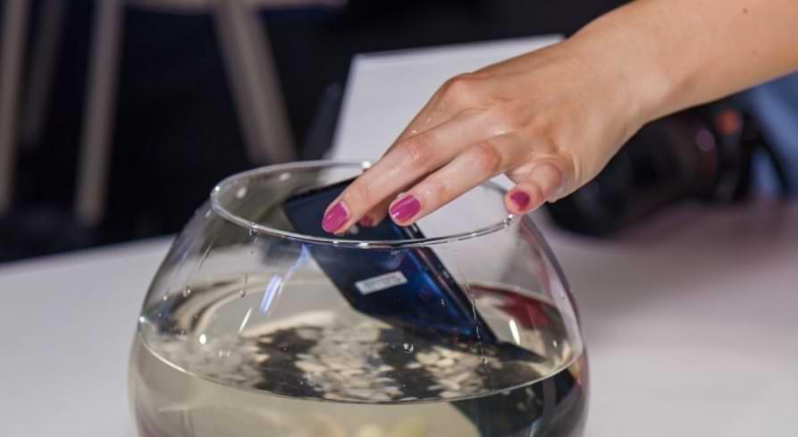Qué hacer si el teléfono se cae al agua