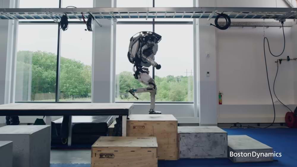 Cuando el robot del Atlas de Boston Dynamics realiza acciones como un humano.