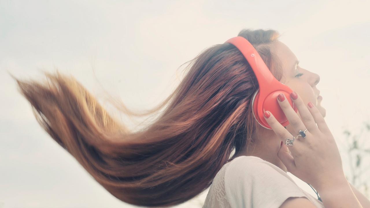 ¿Qué es el audio espacial de Apple, y cómo la mejora de la cabeza la mejora